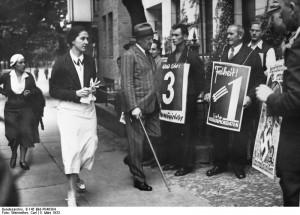 Kurt von Schleicher vor Wahllokal, Reichstagswahl März 1933©  Bundesarchiv B 145 Bild-P046304 / Weinrother, Carl / CC-BY-SA