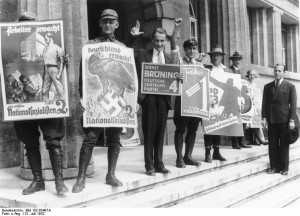 Reichstagswahl 1932 (Juli), Berlin: Anhänger der Parteien vor einem Wahllokal. Bundesarchiv, Bild 102-03497A / CC-BY-SA
