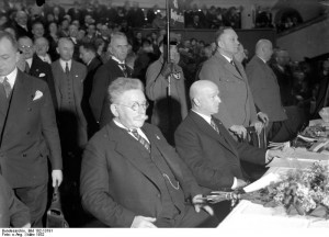 Theodor Duesterberg (rechts) mit Hugenberg im Sportpalast, Reichspräsidentenwahl 1932Bundesarchiv, Bild 102-13191 / CC-BY-SA