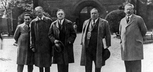 Carl von Ossietzky (Mitte) vor der Strafanstalt Berlin-Tegel Bundesarchiv, Bild 183-B0527-0001-861 / Röhnert / CC-BY-SA