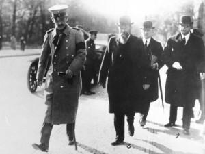 Friedrich von Payer (Zweiter von links) mit Reichskanzler Max von Baden (links) 1918Bundesarchiv, Bild 146-1971-037-64 / CC-BY-SA 3.0